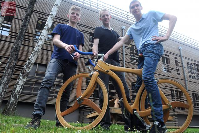 tour de france insolite les compagnons du devoir sur un v lo en bois courrier de l 39 ouest. Black Bedroom Furniture Sets. Home Design Ideas
