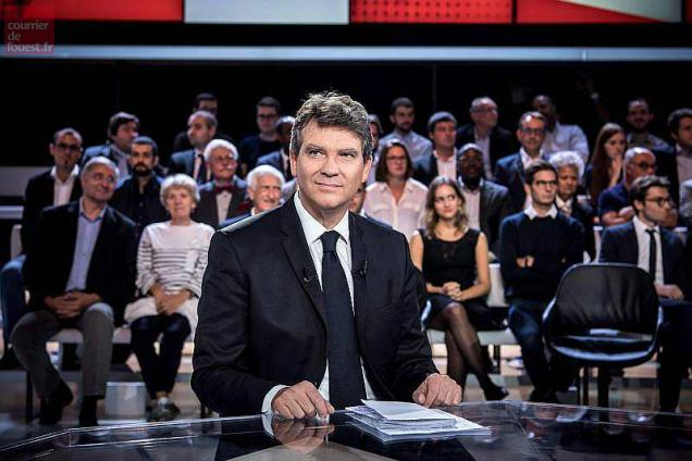 """Former French economy minister in President Francois Hollande's Socialits government, and candidate ahead of the 2017 presidential election Arnaud Montebourg, is seen on a TV set before taking part in the show """"L'Emission politique"""" (The Politics Show) on French TV channel France 2 in Saint-Cloud, west of Paris, on September 22, 2016. / AFP / PHILIPPE LOPEZ"""