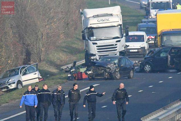 French gendarmes arrive a the site of a car accident, involving around fifty vehicles, which killed 5 people and injured 20, on the departmental road D12 near Sainte-Flaive-des-Loups, between La Roche-sur-Yon and Les Sables d'Olonne, in Vendee, on December 20, 2016. / AFP / JEAN-FRANCOIS MONIER