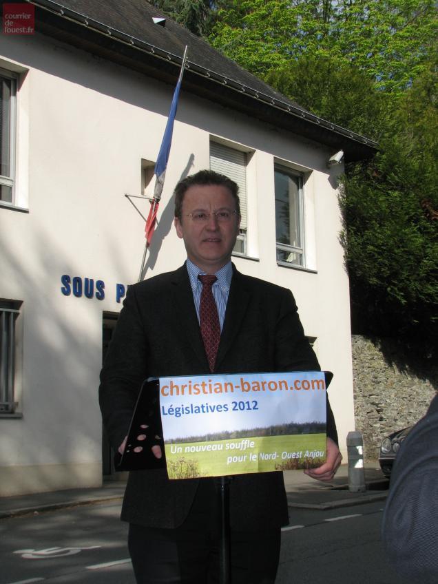 Christian Baron devant la sous-préfecture de Segré
