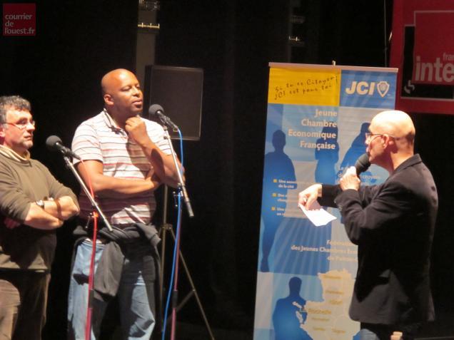 Nicolas Stoufflet interroge deux candidats au Théâtre de Bressuire.