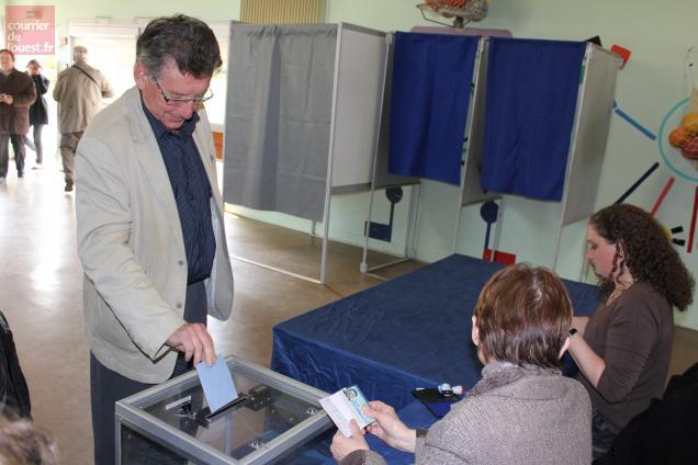 Jean-Michel Bernier, maire de Bressuie, a glissé son bulletin dans l'urne du bureau de Bois d'Anne.
