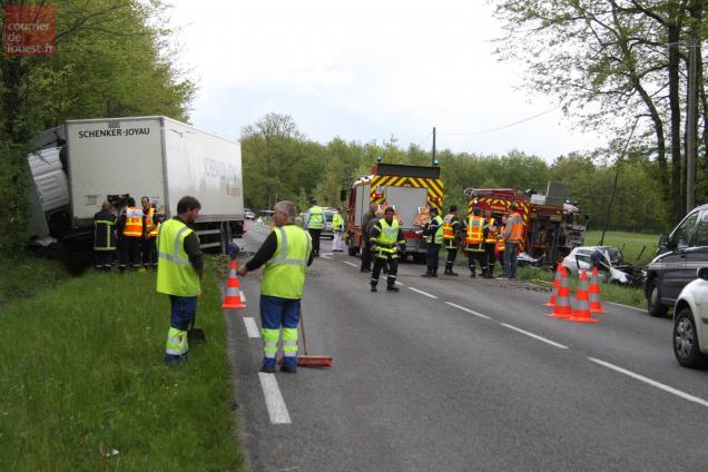 """Le conducteur d'une Renault a été tué vendredi 4 mai, à 13 h 20, au lieu-dit """"La Madeleine"""" à Cizay-la-Madeleine dans une collision de face avec un semi-remorque immatriculé en Vendée."""