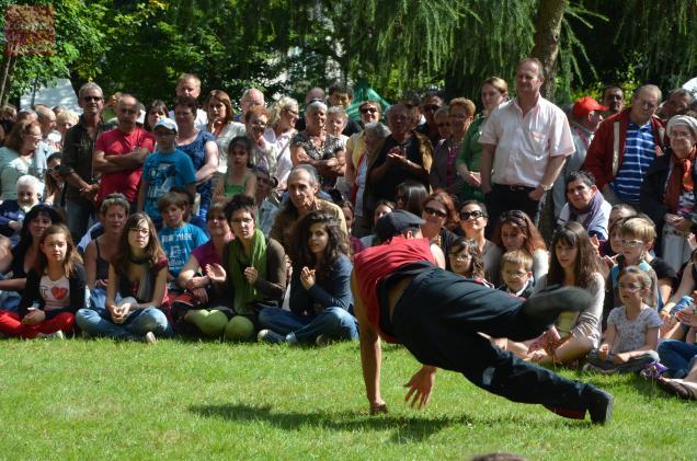 Un des Traîne-Savates fait le show devant le public.