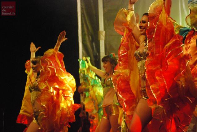 L'orchestre Tacinelli propose un spectacle haut en couleurs et en musiques.