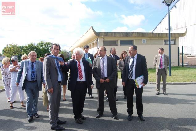 Guidé par Marc Goua, François Lamy (à la droite du député-maire de Trélazé) a fait un crochet par le site sportif de la Goducière.