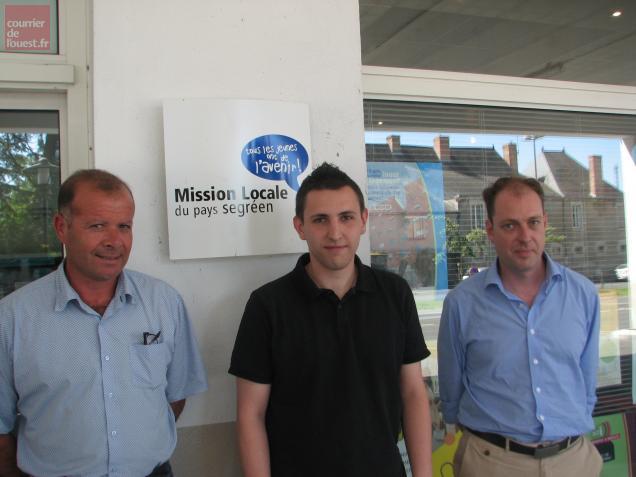 Clément Zézuka, jeune web-designer, entouré de Franck Edon (à gauche), directeur de la Mission locale, et Benoit Drapeau, conseiller qui a accompagné Clément.