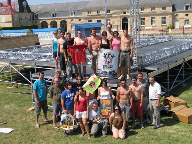 Les bénévoles montent la scène de 120 mètres carrés dans la prairie des écuries Foullon, où l'on pourra aussi camper.