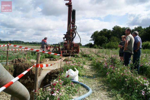 Villevêque, le 19 juillet. Un forage réalisé selon les règles de l'art: recherche de source, étude hydrogéologique et environnementale, demande d'autorisation et chantier.