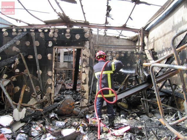 Les sapeurs-pompiers éteignaient encore hier matin les ruines fumantes