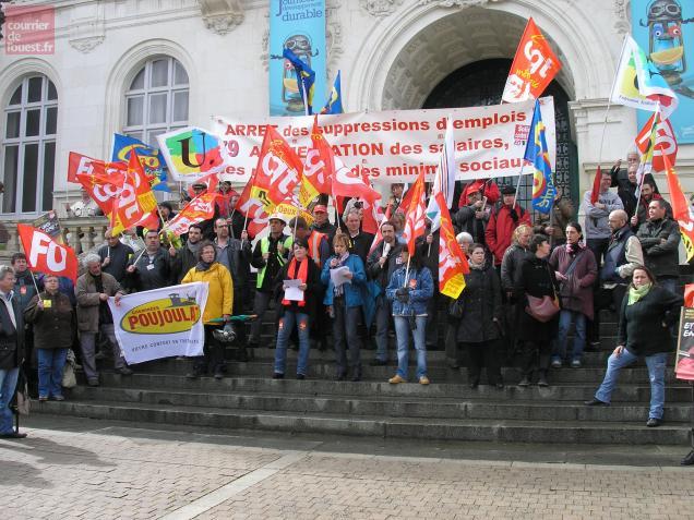 Jocelyne Baussant pour FO et Vanessa Couturier pour la CGT (au centre) ce mardi matin à Niort entourés des maniestants.