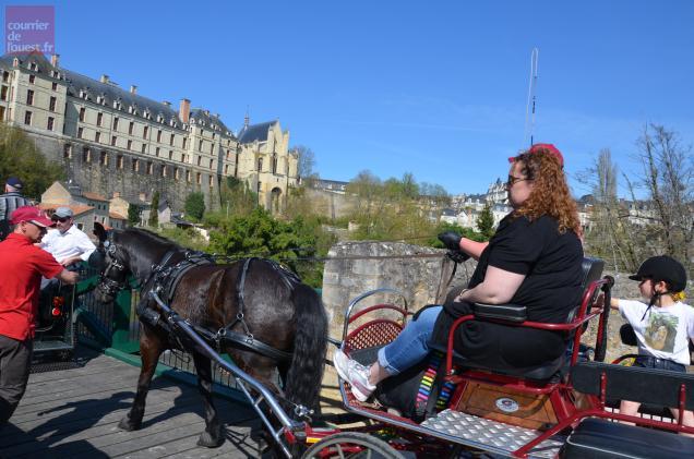 Les calèches sont passées sur le pont des Chouans, à Thouars, ce mercredi midi.