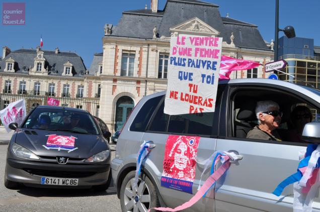 Halte des manifestants devant la préfecture de région à Poitiers