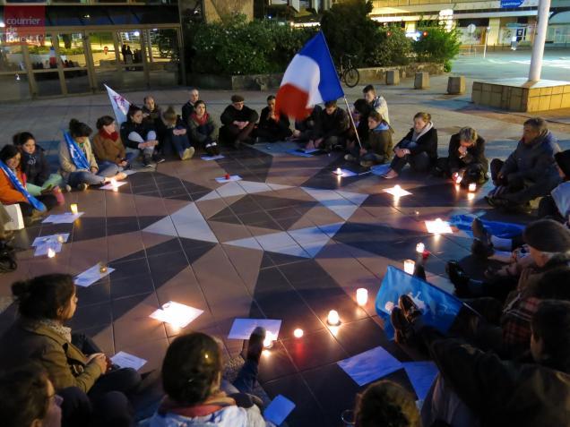 """Les """"Veilleurs"""" réunis ce soir sur l'esplanade de l'Hôtel de Ville."""