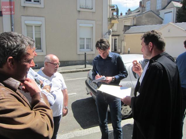 Les représentants syndicaux CFDT et leurs avocat à la sortie du tribunal des prud'hommes