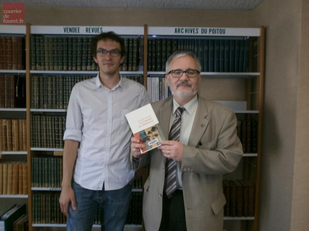 Olivier de Freitas, coordinateur de l'action culturelle, et Erick Surget, directeur des bibliothèques de la CAN, avec le livre primé.