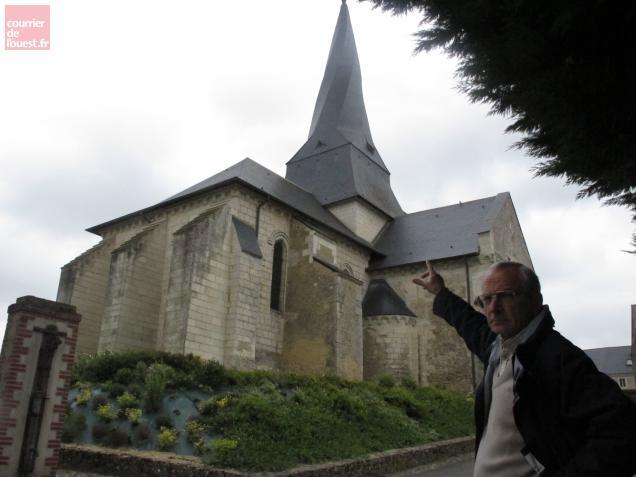 Le maire de Pontigné Michel Sagon montre le clocher tors de l'église dont la restauration fut spectaculaire.