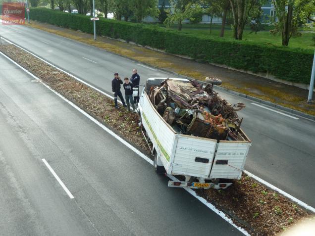 Au niveau de la passerelle Géricault, une camionnette remplie de ferrailles s'est enlisée sur le terre-plein central.