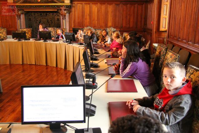 Les écoliers ont aussi fait étape dans la salle du conseil municipal.