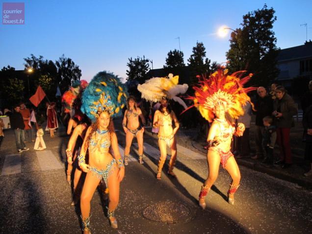 Les danseuses du groupe Salsa Rica ont séduit le public du défilé à Beaufort.