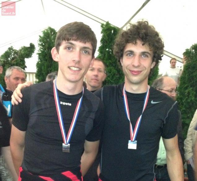 Corentin Jamin (à gauche) et Émilien Manent très fiers de leur médaille d'argent.