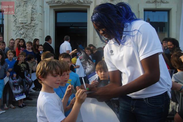 La gentillesse d'Isabelle Yacoubou, l'imposant pivot des Bleues, a conquis les jeunes supporteurs.