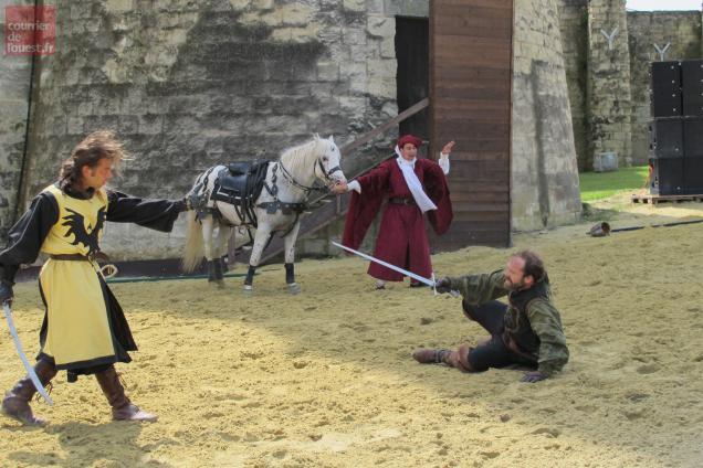 Après la joute équestre, un duel à l'épée bien enlevé.