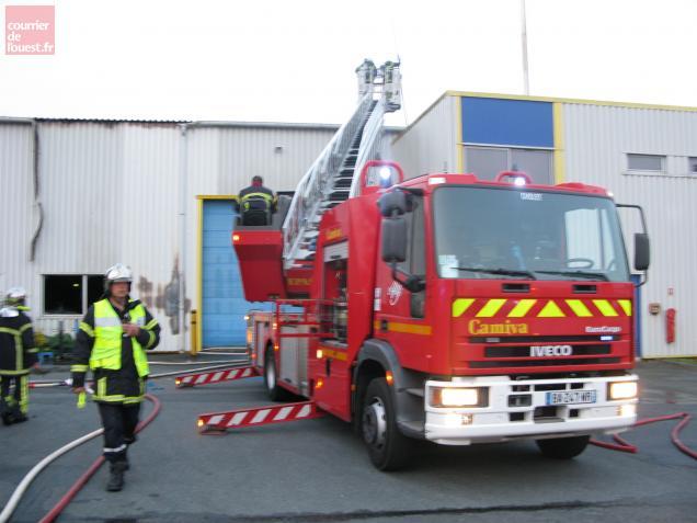 Les pompiers ont éteint le feu à l'aide de la grande échelle.