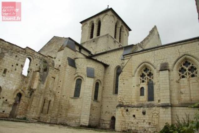 L'abbaye d'Asnières, propriété du Département, est à nouveau à vendre.