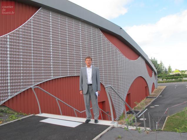 Le maire André Logeais, devant le nouvel espace socioculturel de Durtal inauguré le 21 juin 2013.