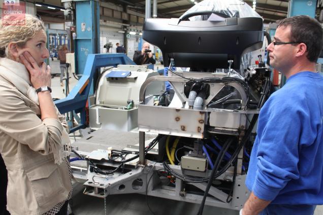 Delphine Batho a découvert la chaîne de production des bus.