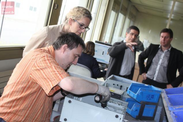 Delphine Batho a visité les ateliers de recyclage des téléphones.