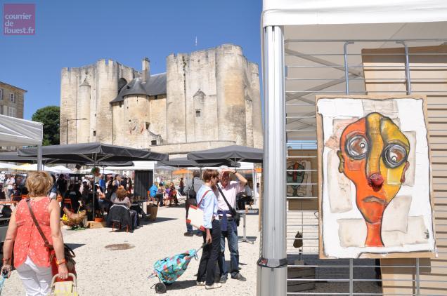 Quanrante artistes régionaux se sont installés sur la place du Donjon à Niort.