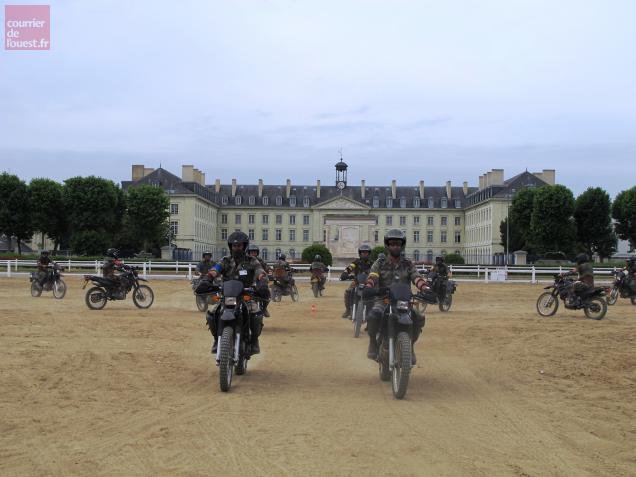 Les lieutenants répètent chaque jour sur le site du Chardonnet à Saumur.