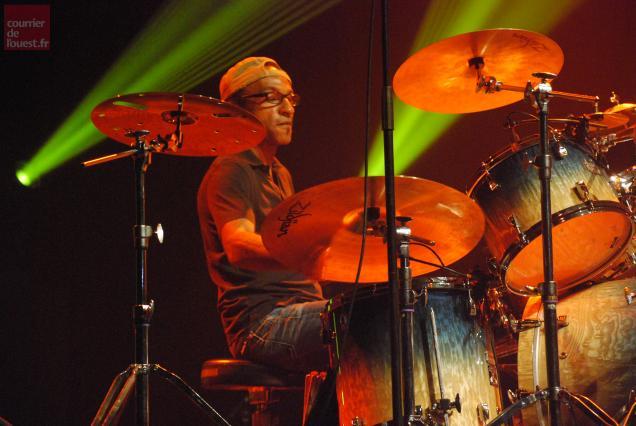 Manu Katché, l'un des batteurs contemporains les plus créatifs, a marqué de son empreinte le Festival Estival de Trélazé.