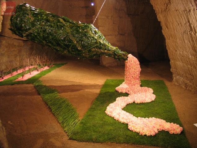 Les jeunes fleuristes hollandais ont remporté le premier prix grâce à cette bouteille de rosé géante.