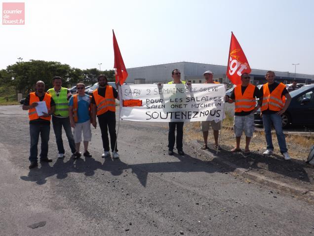 Les employés de la SAFEN, en grève depuis une dizaine de jours. Ils sont sortis dans la rue pour exprimer leur colère