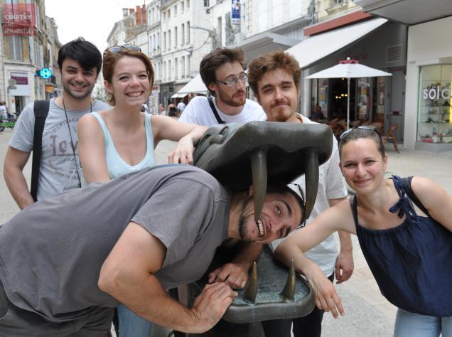 Noémie Héraud (à gauche), et son équipe technique, en repérage hier dans Niort.