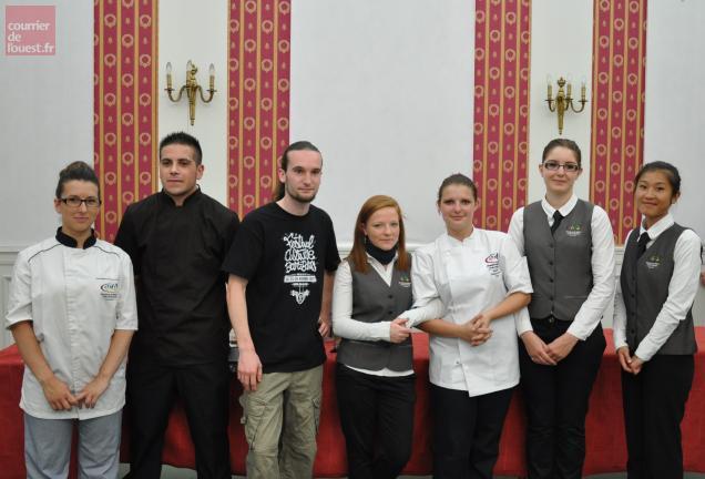 Les sept meilleurs apprentis CAP cuisiniers et serveurs en brasserie et restaurant, promotion 2013.