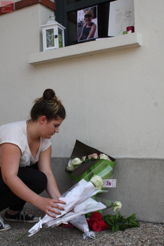 """""""Manu"""" est venue avec deux autres amies déposer des fleurs devant le collège de Sarah."""