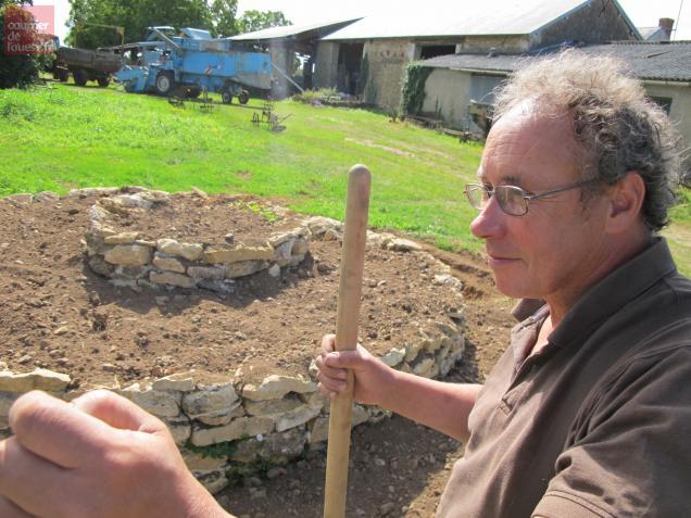 Jean-Patrice Genevois devant le futur jardin spirale où des médicinales et des aromatiques seront plantées.