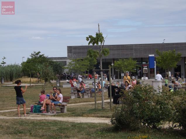 A midi, l'aire se rempli de vacanciers s'arrêtant pour déjeuner tranquillement.