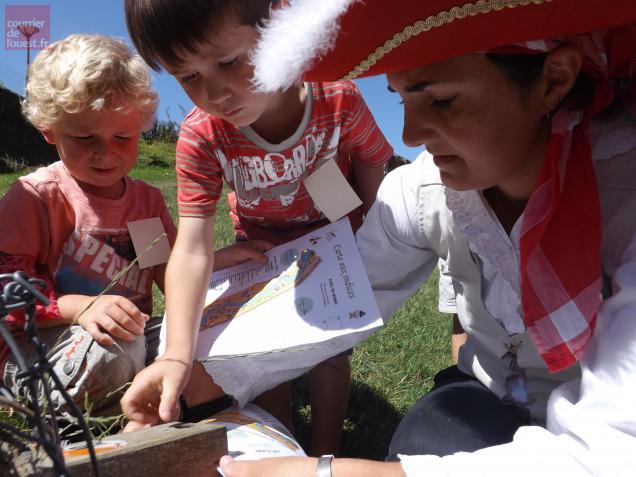 Avec l'aide du Capitaine Kit-Kat,les enfants poinçonnaient leur feuille de route