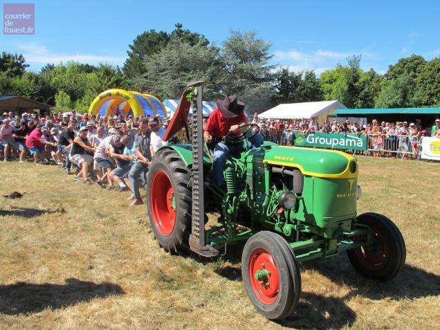 Comme chaque année, une dizaine d'hommes forts se portaient volontaire pour faire caler le tracteur.