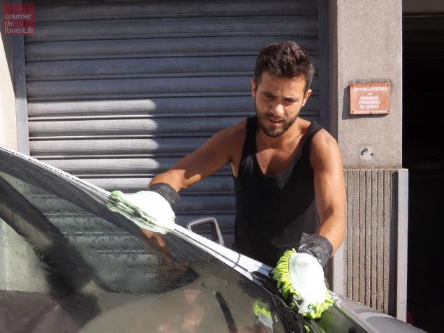 Rui Gomès est seul pour laver les voitures. Il peut en nettoyer 10 au maximum dans la journée.