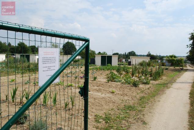 Une affiche a été installée à l'entrée du jardin.