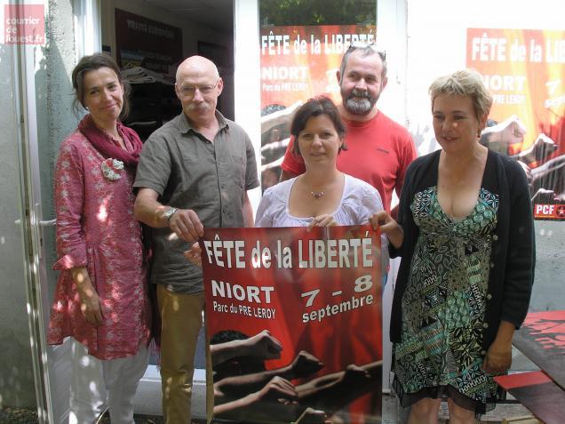 Les organisateurs de la fête de rentrée du PCF devant leur local à Niort.