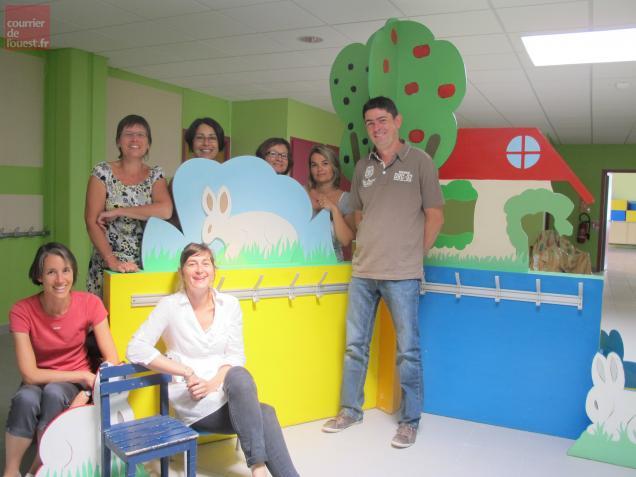 Une partie de l'équipe pédagogique de la Vallée dans le hall rénové des maternelles