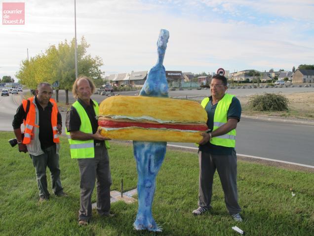 Daniel Collette, le sculpteur beaufortais (2e à gauche sur la photo) et sa femme-hamburger.