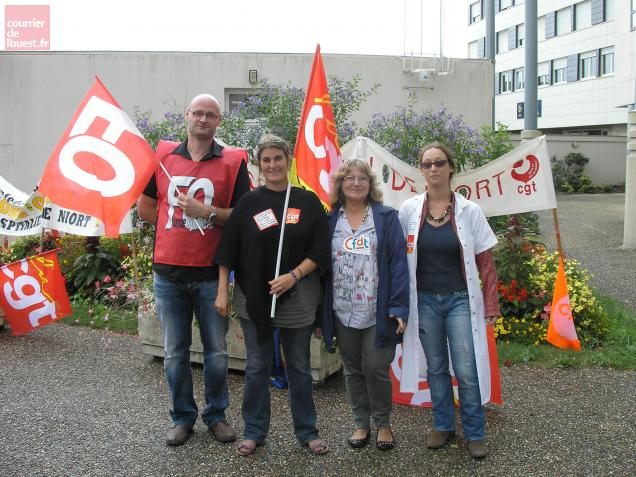 Quatre des six représentants syndicaux à l'issue de leur entrevue de deux heures avec la direction
